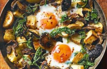 Oyster mushrooms with baked eggs, potatoes, spinach and cheese